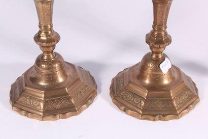 Paire de bougeoirs en bronze doré à décor de palmettes, cornes d'abondance et frise...
