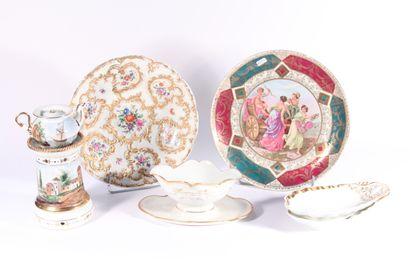 Plat creux en porcelaine à décor polychrome...