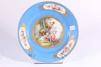 SEVRES  Assiette en porcelaine, décor en...