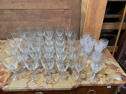 Ensemble de 7 verres à pied en cristal taillé...