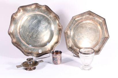 Plat octogonale en métal argenté, décor filet contour. On y joint un plat en métal...