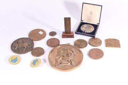 Ensemble de médailles commémoratives en bronze...