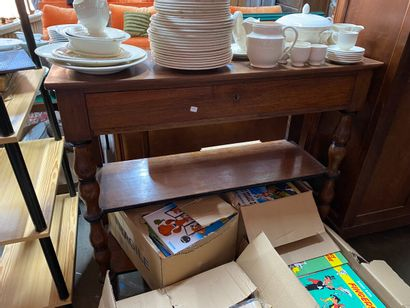 Table console en noyer, montants en bois tourné réunis par deux plateaux d'entretoise...
