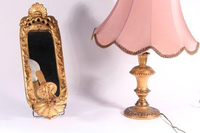 Petit miroir formant applique en bois sculpté...