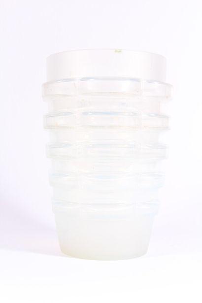 Vase en verre opalescent à décor géométrique...