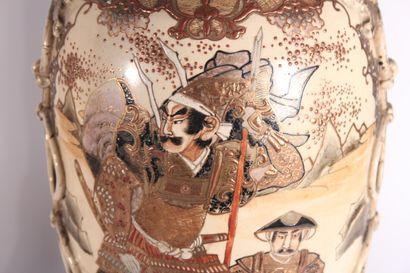 Paire de vases de forme balustre en faïence polychrome de Satsuma à décor de personnages...