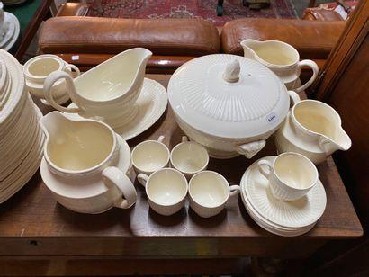 """Wedgwood """"Etruria.Edme""""  Partie de service en faïence blanche comprenant plats,..."""