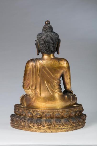 Important lot de trois sculptures de bouddha en bronze doré, Chine, dynastie Ming,...