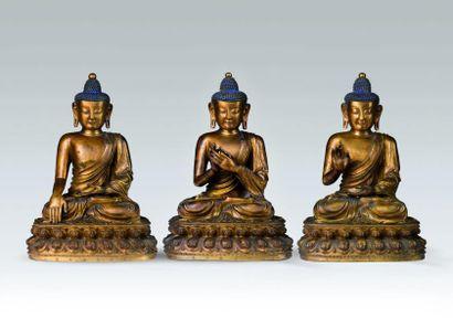 Important lot de trois sculptures de bouddha...