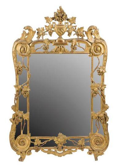 Miroir en bois doré à décor de pampres de...
