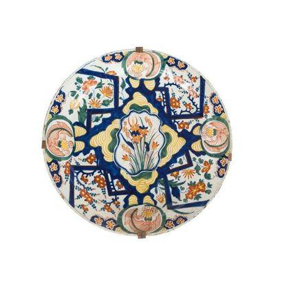 Delft Deux plats en faïence à décor polychrome...
