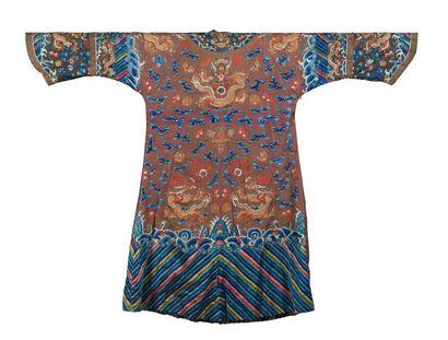 Robe en soie brune brodée Chine, début du...