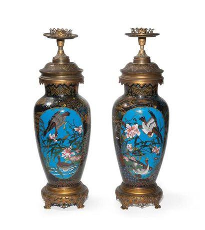 Paire de vases en cloisonné Japon, XXème...