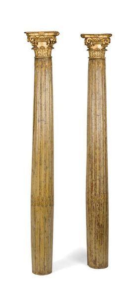 Paire de colonnes cannelées en bois peint...