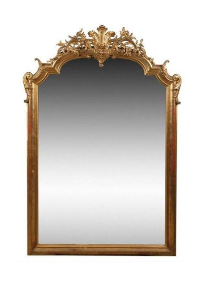 Miroir en bois mouluré, sculpté et doré à...
