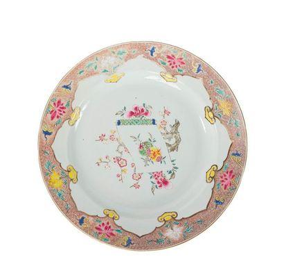 Grand plat en porcelaine famille rose Chine,...