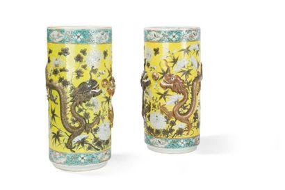 Paire de vases en porcelaine à fond jaune...