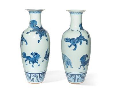 Paire de vases en porcelaine bleu blanc Chine,...