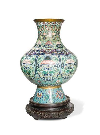 Grand vase en bronze et émaux cloisonnés...