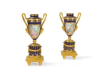 Paire de vase d'ornement en porcelaine dans...