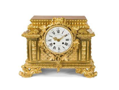 Pendule socle en bronze doré à décor de treillage,...