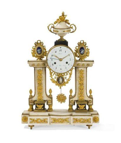Pendule à quantième en bronze doré et marbre...