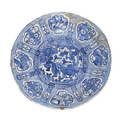 Perse (Safavide) Plat rond en céramique siliceuse...