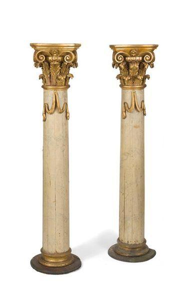 Paire de colonnes en bois peint et doré à...