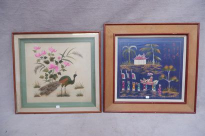 Lot de deux paires de broderies sur soie. L'une figurant des paons, l'autre un paysage....
