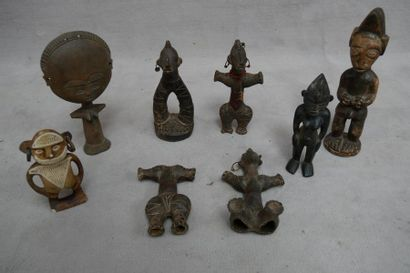 Ensemble de six statuettes en bois sculpté....