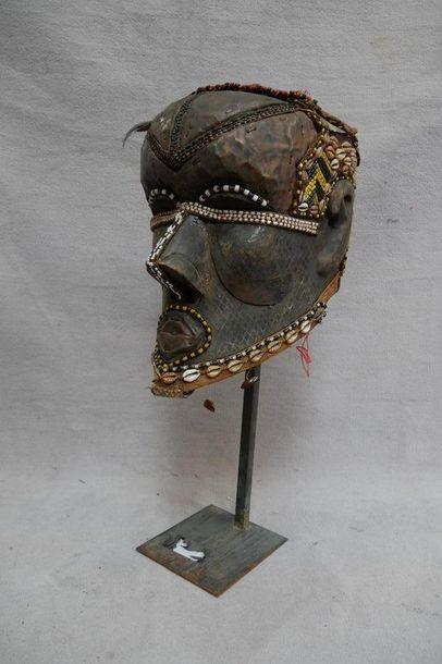 Masque en bois sculpté, cuir, perles et cauris....