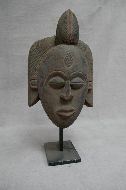 Masque en bois sculpté. Gabon, XXe siècle....