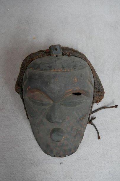 Masque en bois sculpté et corde. Afrique,...