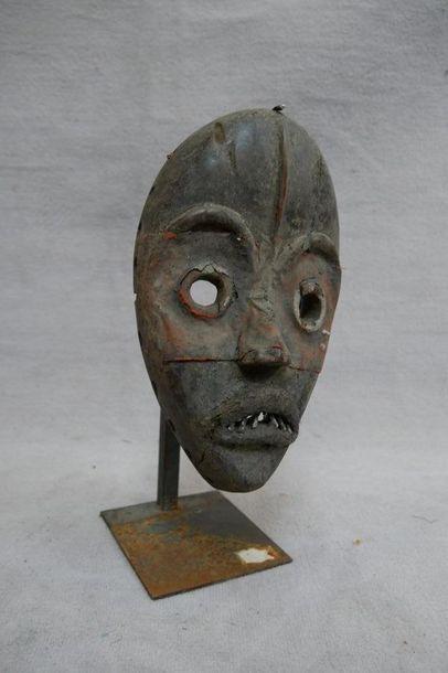 Masque en bois patiné, métal et cuir, traces...