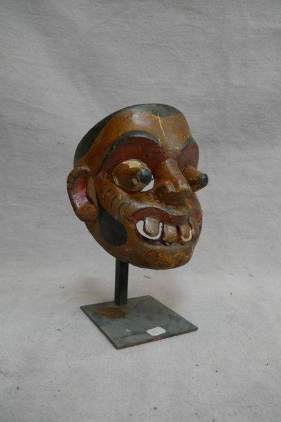 Masque d'exorcisme en bois polychromé. Ceylan,...
