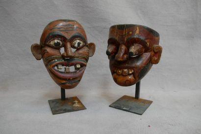 Lot de deux masques d'exorcisme en bois polychromé....