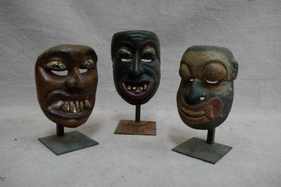 Lot de trois masques d'exorcisme en bois...