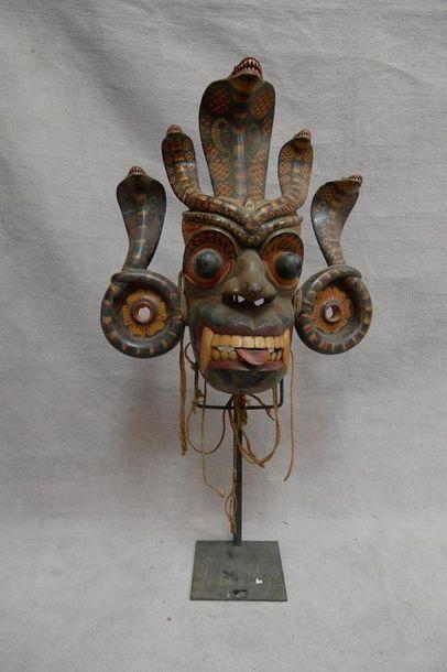 Grand masque d'exorcisme en bois polychromé...
