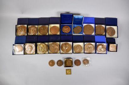 Lot de 30 médailles en bronze sur des thèmes...