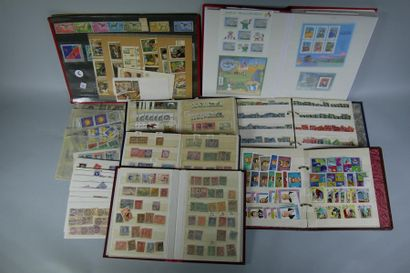 11 classeurs de timbres des 5 Continents...
