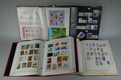 11 classeurs de timbres des 5 Continents SM et Moderne. TB. Etat : **/*/o