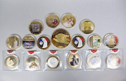 Lot de 16 médailles dorées et polychromées...