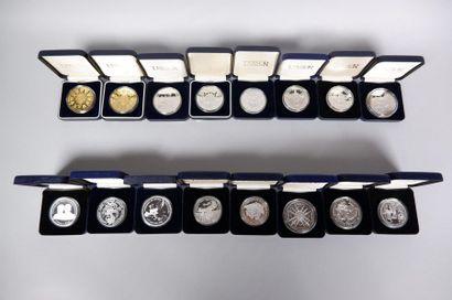 Lot de 2 boites de 49 médailles en métal...