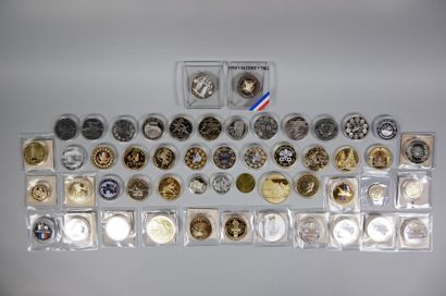 Une boite contenant 48 médailles dorées ou...