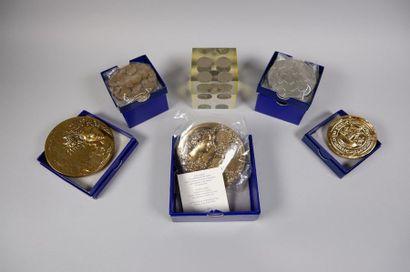 5 médailles presse papier Monnaie de Paris...