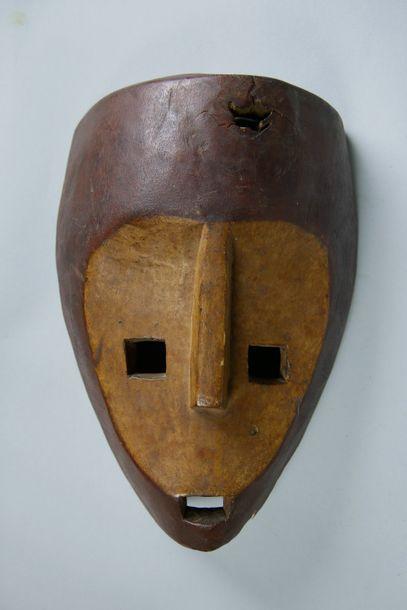 Masque en bois sculpté (accident). Afrique....