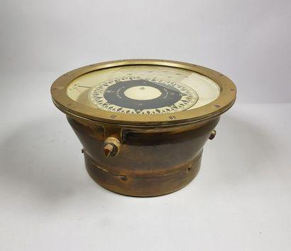 Compas magnétique marin. H : 14 cm - L :...