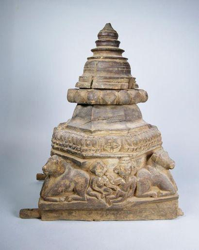 Elément décoratif en bois sculpté de bovidés...