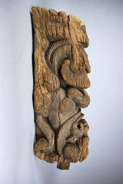 Elément architectural en bois sculpté à décor...