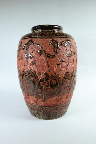 Vase en faïence émaillée rouge et noir à...